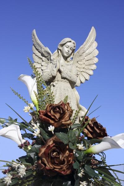 Statue et fleurs