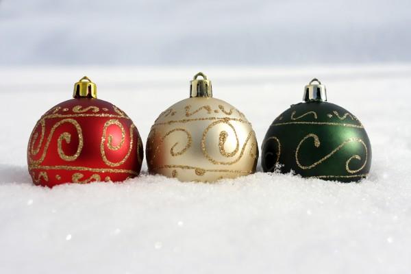 3 boules de noel neige